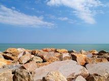 Rochas pelo mar Fotos de Stock Royalty Free