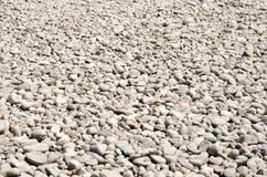 Rochas pequenas dispersadas na terra Fotos de Stock