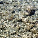 Rochas pequenas na água Protaras Chipre Fotos de Stock Royalty Free