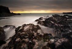 Rochas perigosas expor pela maré Foto de Stock