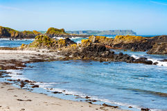 Rochas, praia e penhascos Ballintoy, Irlanda do Norte, Reino Unido Fotos de Stock Royalty Free