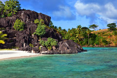 Rochas pretas. Bora-Bora. Polinésia Fotografia de Stock Royalty Free