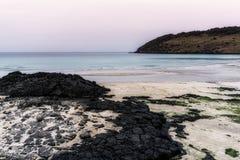 Rochas pretas da praia de Hamdeok imagens de stock royalty free