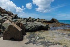 Rochas que conduzem ao mar imagens de stock