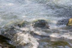 Rochas que não podem ser vistas criar a corredeira perigosa Foto de Stock Royalty Free