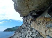 Rochas que penduram sobre a praia verão, Ozereyevka sul august, Novorossiysk Rússia Fotos de Stock
