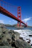 Rochas sob a ponte de porta dourada Fotos de Stock Royalty Free