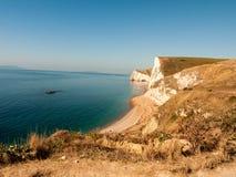 rochas sul da praia do turismo dos turistas de Dorset da paisagem especial do mar da costa do litoral da natureza da porta do dur imagem de stock royalty free