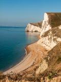 rochas sul da praia do turismo dos turistas de Dorset da paisagem especial do mar da costa do litoral da natureza da porta do dur imagem de stock