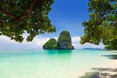 Rochas verdes bonitas na praia de Railay Foto de Stock