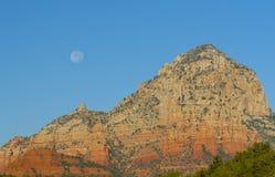 Rochas vermelhas com Lua cheia Fotos de Stock Royalty Free