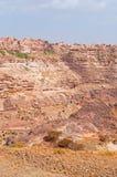 Rochas vermelhas e casas velhas decoradas, as paredes antigas de Kawkaban, Iémen Fotografia de Stock
