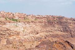 Rochas vermelhas e casas velhas decoradas, as paredes antigas de Kawkaban, Iémen Imagens de Stock Royalty Free