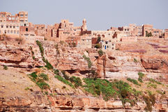 Rochas vermelhas e casas velhas decoradas, as paredes antigas de Kawkaban, Iémen Imagens de Stock