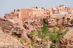 Rochas vermelhas e casas velhas decoradas, as paredes antigas de Kawkaban, Iémen Fotos de Stock Royalty Free