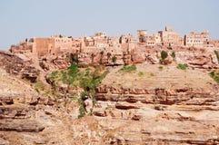 Rochas vermelhas e casas velhas decoradas, as paredes antigas de Kawkaban, Iémen Imagem de Stock Royalty Free