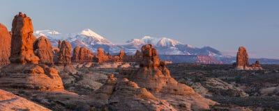 Rochas vermelhas e montanhas roxas fotos de stock royalty free