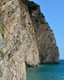 Rochas verticais pelo mar, ilha da São Nicolau, Budva Fotos de Stock