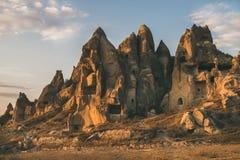 Rochas vulcânicas naturais com as casas antigas da caverna, Cappadocia, Turquia fotografia de stock