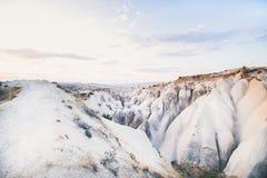 Rochas vulcânicas naturais no dia claro, Cappadocia, Turquia foto de stock