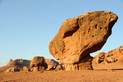 Roche équilibrée - monument national de falaises vermeilles images stock