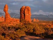 Roche équilibrée rougeoyant orange au coucher du soleil image libre de droits