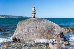 Roche équilibrant dans la pierre de Vancouver empilant le jardin Images stock