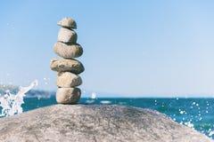 Roche équilibrant dans la pierre de Vancouver empilant le jardin Photo libre de droits