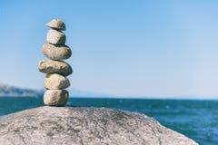 Roche équilibrant dans la pierre de Vancouver empilant le jardin Images libres de droits