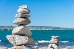 Roche équilibrant dans la pierre de Vancouver empilant le jardin Photographie stock