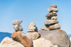 Roche équilibrant dans la pierre de Vancouver empilant le jardin Photos libres de droits