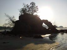Roche étonnante sur la plage d'île d'igname de PA, Thaïlande Photographie stock libre de droits