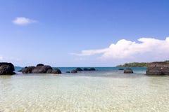 Roche étrange sur le ciel clair chez Koh Kham Beach Photos stock