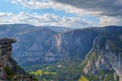 Roche accrochante, Yosemite Falls, vallée de Yosemite image stock