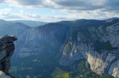 Roche accrochante, Yosemite Falls, vallée de Yosemite photo stock