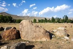 Roche antique découpant le site avec des pétroglyphes au Kirghizistan photographie stock libre de droits