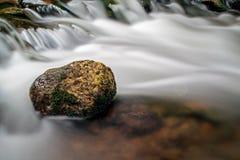 Roche au milieu de la rivière de Boyne photos stock