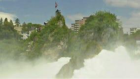 Roche au milieu des chutes du Rhin/de Suisse banque de vidéos