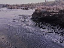 Roche au mur, estuaire, rivière, courant, nature fraîche, roche en place, Image stock