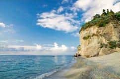 Roche avec la verdure près de la plage sablonneuse de la mer tyrrhénienne, Tropea, I photographie stock libre de droits