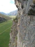 Roche avec le grimpeur photos libres de droits