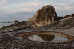 Roche brunâtre et un magma avec le ciel nuageux image stock