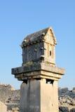 Roche-coupez les tombeaux de la ville antique de la Turquie Patar Photos stock