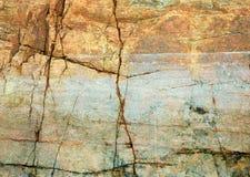 Roche criquée sur le contexte de littoral Images stock