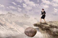 Roche d'emprunt de traction de femme d'affaires extérieure Photographie stock