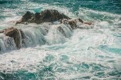 Roche d'océan et vagues sauvages photographie stock libre de droits