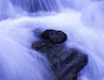 Roche dans l'eau Photos stock