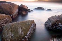 Roche dans l'océan au nighttime-2 Photographie stock libre de droits