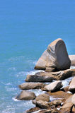 Roche dans la forme de cône en mer Photos libres de droits