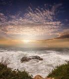Roche dans la pierre de sirène de coucher du soleil de vagues photographie stock